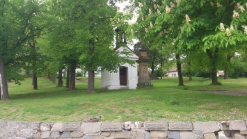 Kaplička, která stojí v blízkosti penzionu Piňos