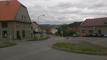 Křižovatka s příjezdovou cestou od Drahan