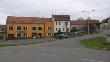 Pohled na penzion Piňos z opačné strany náměstí