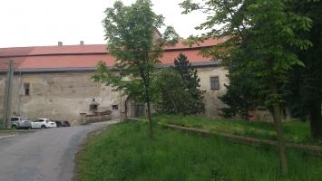 Příchozí cesta k zámku Plumlov se nachází cca 150 metrů od penzionu