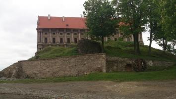 Pohled na zámek Plumlov od vstupní brány