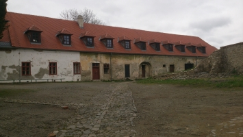 Budovy obklopující zámek Plumlov